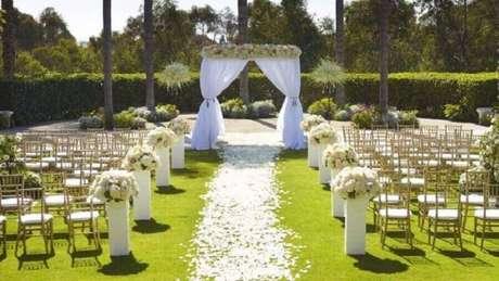 28. Cerimônia de casamento ao ar livre decorada com arranjo de flores brancas – Foto: Why Santa Claus