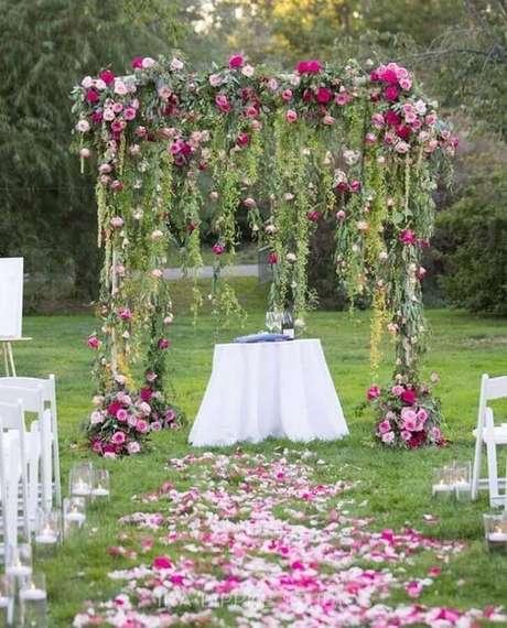 31. Flores coloridas deixam a decoração de cerimônia de casamento simples mais bonita – Foto: MODwedding