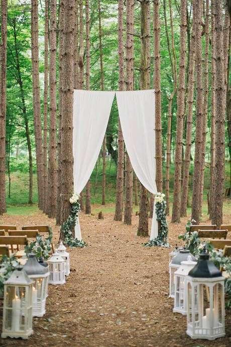 32. Decoração rústica para cerimônia de casamento simples ao ar livre – Foto: Pinterest