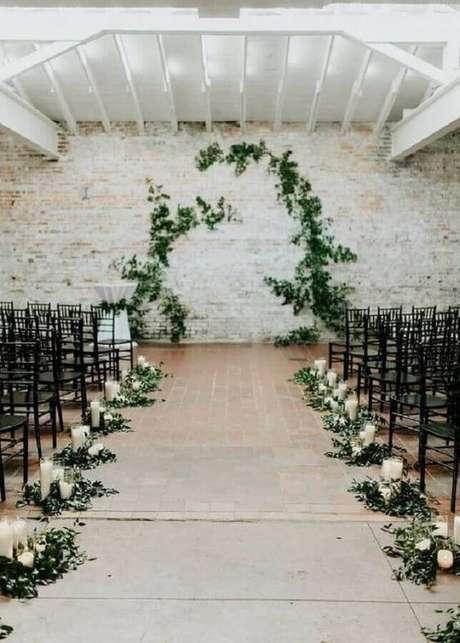 34. Decoração folhagens e velas para cerimônia de casamento simples – Foto: Emma Loves Weddings