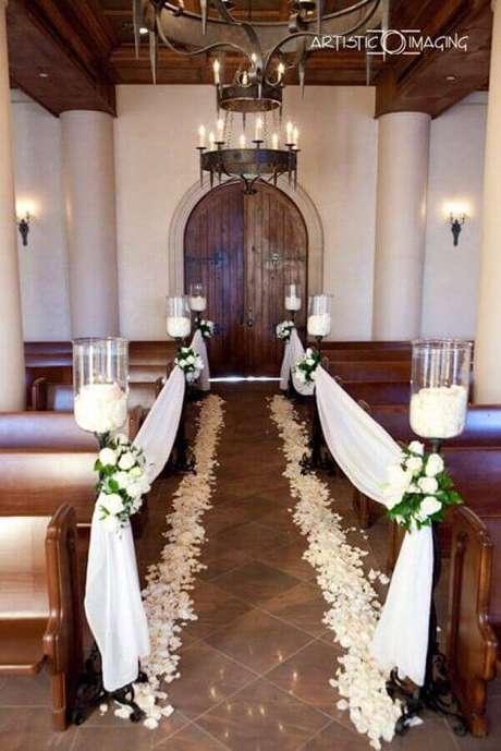 37. Decoração para cerimônia de casamento simples na igreja com caminho de pétalas de rosas brancas e velas – Foto: Wedding Ideas]