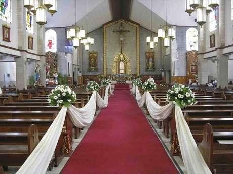 38. Decoração clássica para cerimônia de casamento na igreja – Foto: Wedding Inspirations