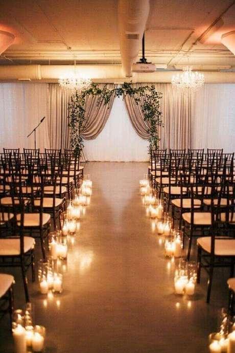 13. Velas são garantia de um toque charmoso e romântico para a decoração de cerimônia de casamento simples – Foto: Pinterest