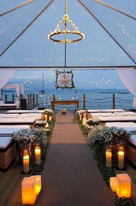 39. Linda decoração de cerimônia de casamento com velas e pequenos arranjo de flores mosquitinhos – Foto: Le Jour