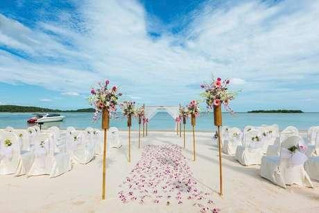 43. Linda cerimônia de casamento simples na praia com pétala de rosas – Foto: Wedding Ideas Brides