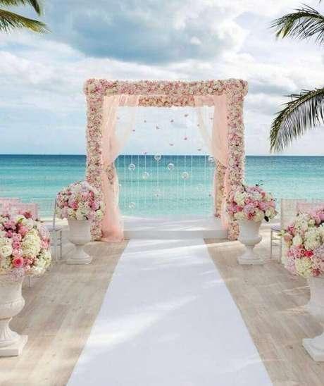 44. Arco de flores para cerimônia de casamento com arranjo de rosas brancas e em tons de rosa – Foto: Escola da Noiva