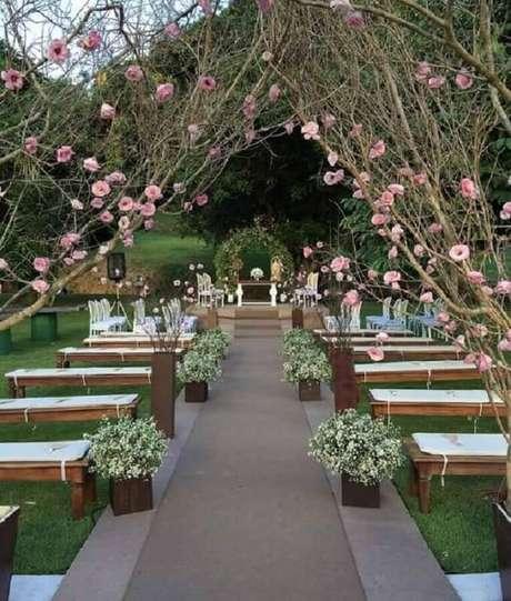 45. Decoração rústica para cerimônia de casamento ao ar livre – Foto: Pinterest