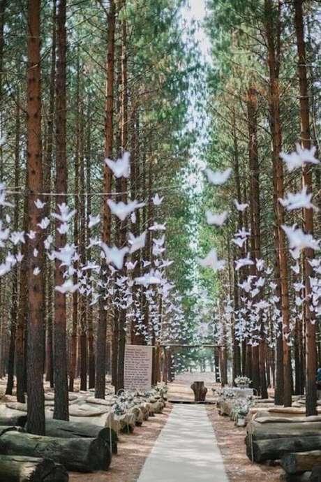 47. Linda decoração rústica para cerimônia de casamento simples no campo com corredor de árvores altas – Foto: Clem Around The Corner