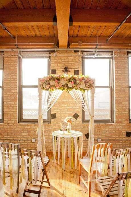49. Decoração simples para cerimônia de casamento rústico – Foto: Elizabeth Anne Designs