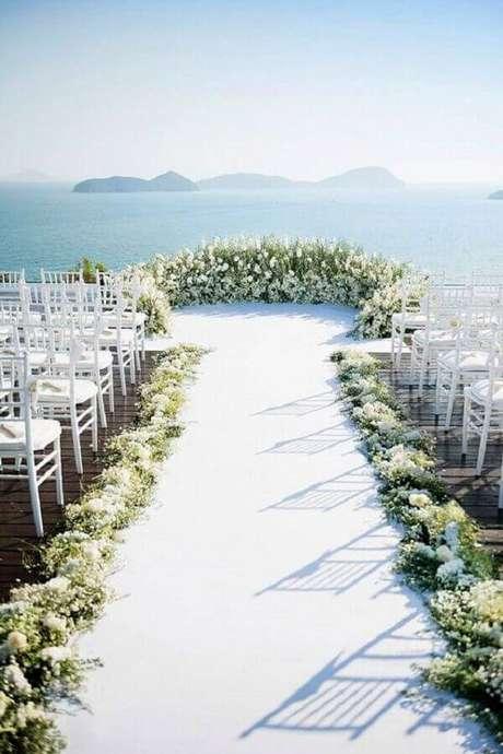50. Cerimônia de casamento ao ar livre decorada com flores brancas – Foto: Pinterest