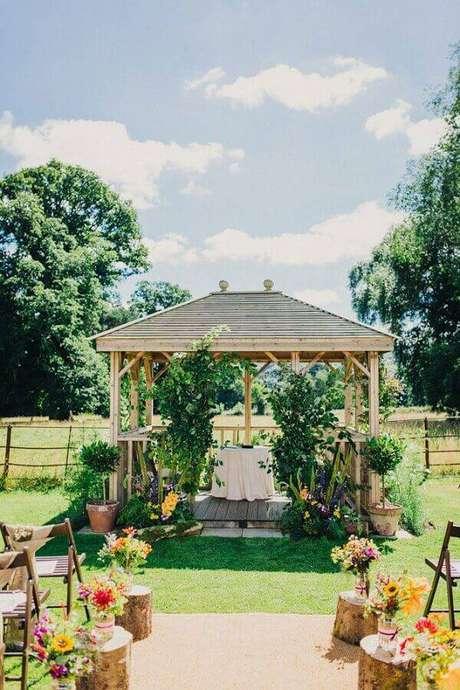51. Flores do campo são ótimas para colocar um toque de cor na decoração de cerimônia de casamento simples – Foto: Pinterest