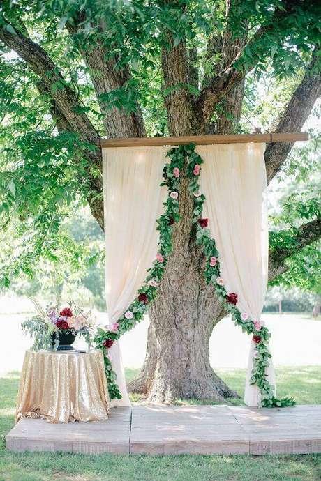 52. Ideia para decoração romântica para altar de cerimônia de casamento – Foto: Why Santa Claus