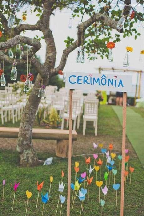 53. Invista em plaquinhas decorativas para indicação de onde será a festa e onde será a cerimônia de casamento – Foto: Casamentos
