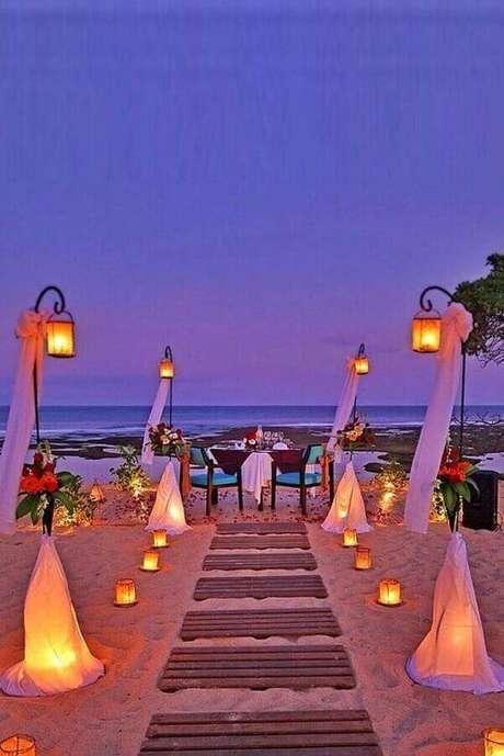 8. Capriche no projeto de iluminação da cerimônia de casamento ao ar livre de noite – Foto: Wedding Rings