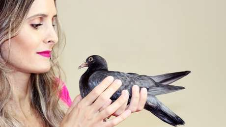 A publicitária Brena Braz costuma resgatar pombos: 'Já perdi a conta de quantos'
