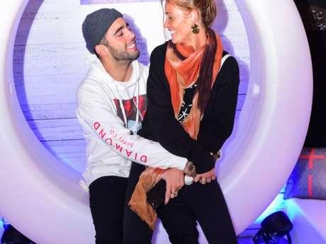 Pedro Scooby curte festa com Cintia Dicker em clima de romance