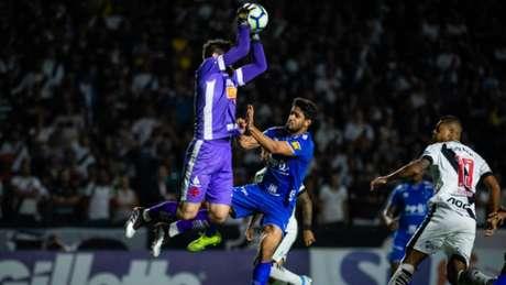 Fernando Miguel se antecipa e ganha uma bola almejada pelo zagueiro do Cruzeiro Léo - Bruno Haddad/Cruzeiro