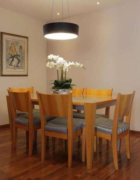 3. Sala de jantar com luminária metálica – Projeto: Cris Paola