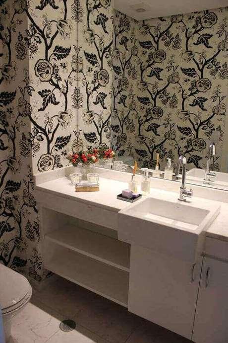 17. A torneira para pia de banheiro simples é válida para ambientes muito decorados. Projeto de Regina Meira