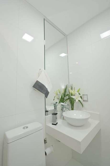 45. A saída desta torneira para pia de banheiro é moderna e tecnológica. Projeto de Érica Salguero