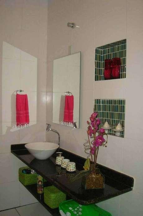 21. A simplicidade pode ser a melhor opção em uma torneira para pia de banheiro. Projeto de Sandra Dias