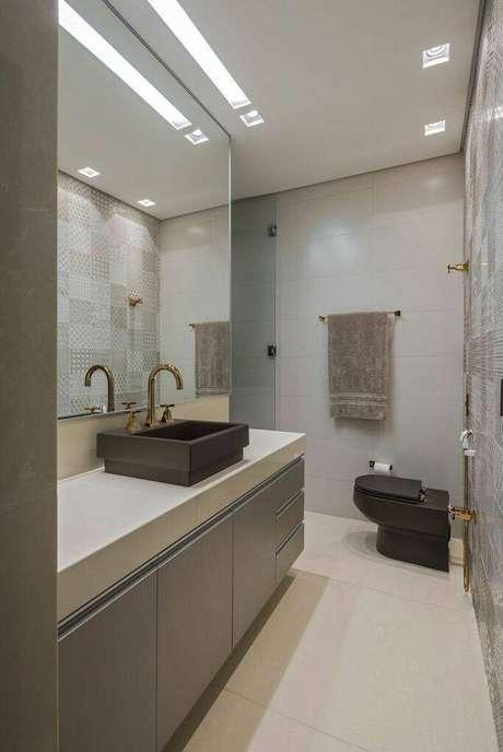 6. A torneira para pia de banheiro dourada é uma alternativa inteligente de decorar o ambiente. Projeto de Andréa Buratto