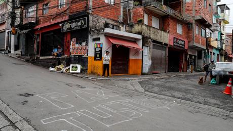 A falta de infraestrutura em Paraisópolis dificulta a vida dos moradores