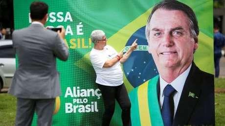 Advogados que auxiliam Bolsonaro querem combinar um aplicativo de celular com os leitores de impressões digitais de smartphones para agilizar a coleta das 491.967 assinaturas necessárias