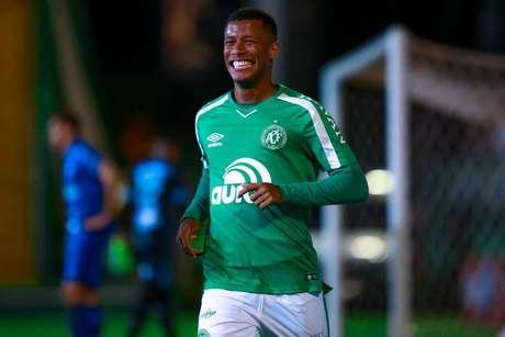 Arthur Gomes comemora o segundo gol da Chapecoense contra o CSA