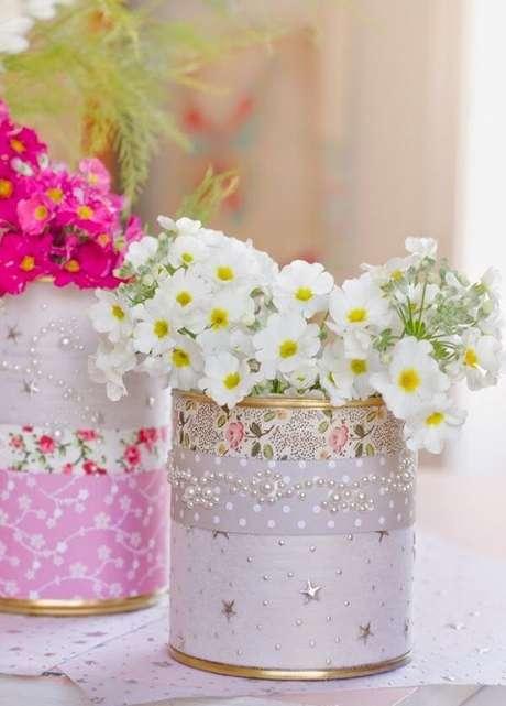 44. Complemente a decoração da sua casa com latas decoradas. Fonte: Pinterest