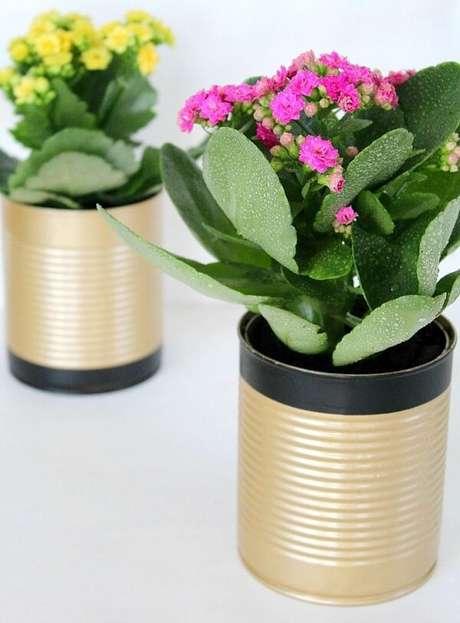 23. As latas decoradas servem de vaso para plantas. Fonte: Pinterest