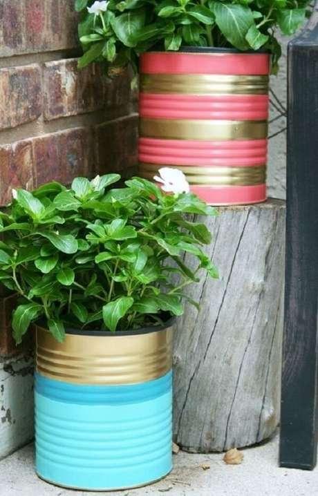 3. As latas decoradas podem serve de suporte para as plantas. Fonte: Pinterest