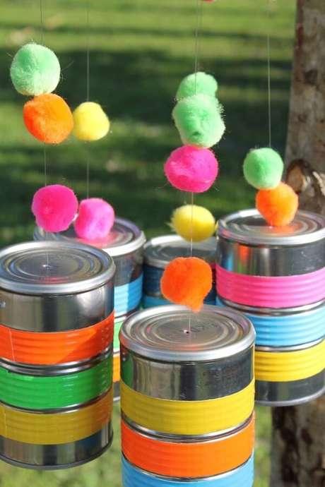 48. Complemente a decoração da festa com latas coloridas. Fonte: Pinterest