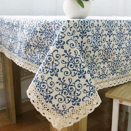 10. Toalha de mesa de crochê e tecido florido.