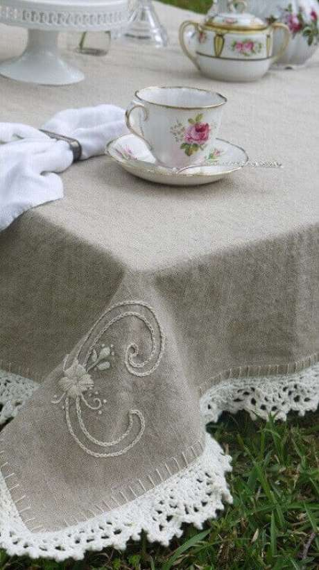 15. Alguns modelos de bico de toalha de mesa de crochê podem deixar tudo ainda mais bonito e delicado