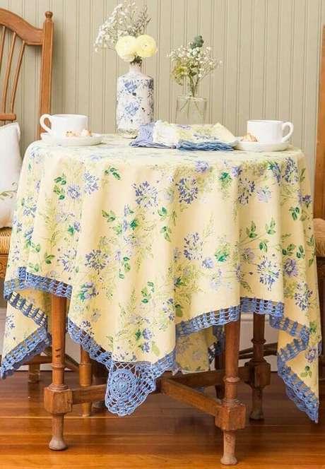12. Bico de toalha de mesa de crochê combinando com a cor da estampa do tecido.