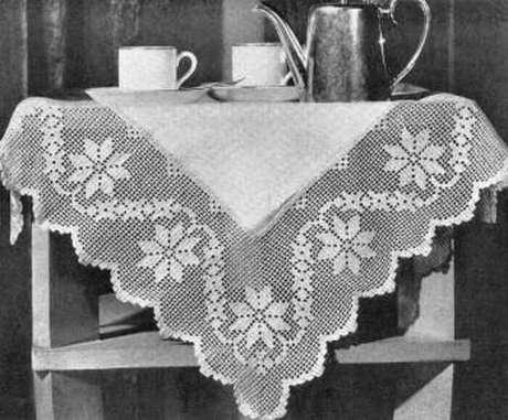 17. Bico de toalha de mesa de crochê com pontos delicados