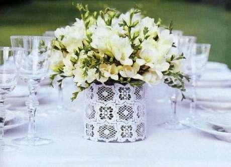 52. Decore o centro da mesa com latas decoradas. Fonte: Pinterest