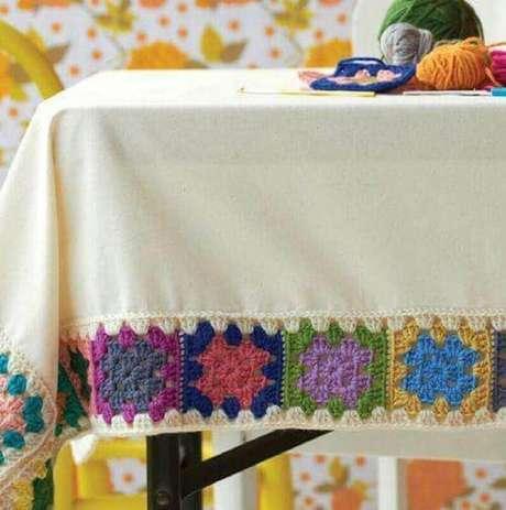 13. Modelo colorido de bico de toalha de mesa de crochê