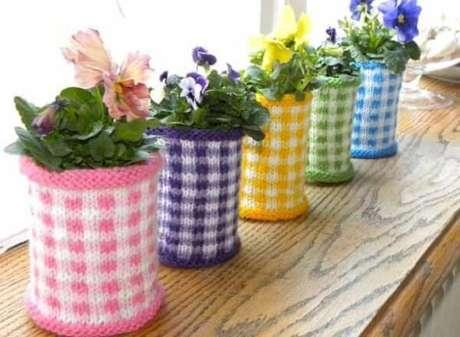 54. Reutilize latas de alumínio como suporte de plantas. Fonte: Artesanato e Reciclagem