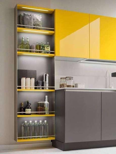 6. A cozinha cinza e amarelo chama a atenção pelo contraste. Foto: Revista Viva Decora.