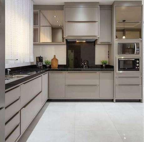 4. A cozinha cinza planejada é o perfeito exemplo de otimização espacial. Foto: Instagram