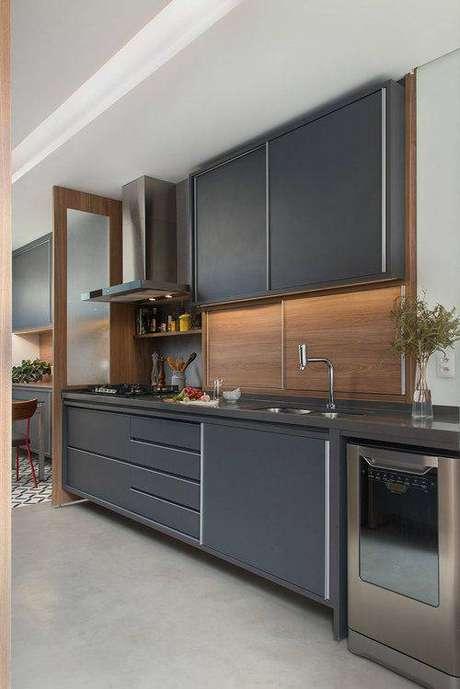 54. A cozinha cinza contrasta muito com a madeira. Foto: Manual da Obra