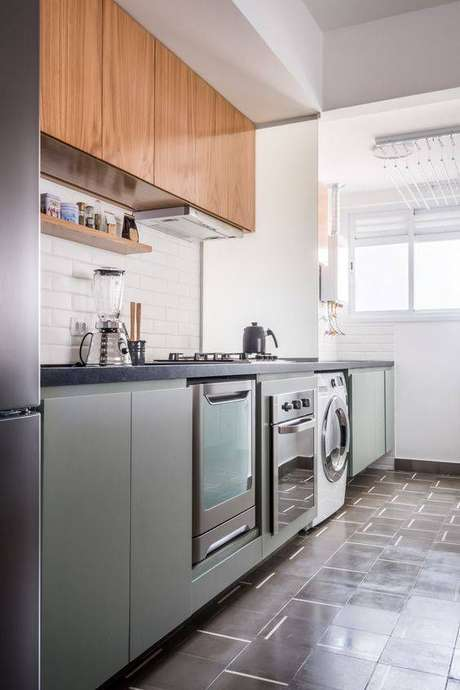 31. A cozinha cinza é delicada e chamativa ao mesmo tempo. Foto: INÁ Arquitetura