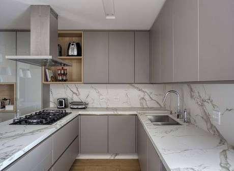 15. A cozinha cinza ganha muito quando conta com mármore. Foto: Revista Casa e Jardim