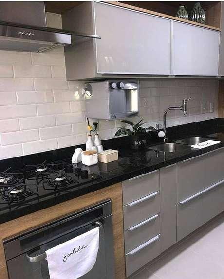 29. A cozinha cinza pode contar com diferentes elementos. Foto: Instagram
