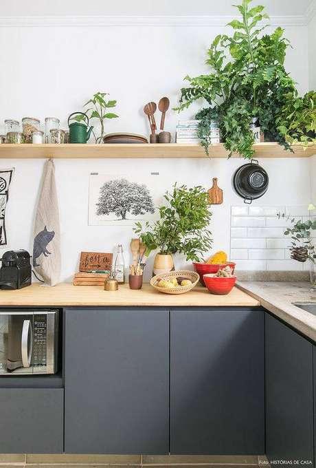 19. Armário de cozinha cinza é algo que vale a pena de muitas formas. Foto: Histórias de Casa