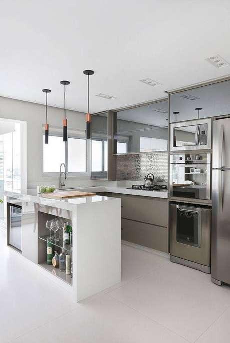 51. A cozinha cinza ganha muito com elementos de branco. Foto: Casa de Valentina