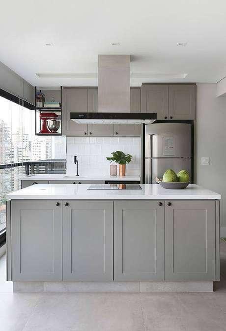 55. A cozinha cinza tem um toque moderno. Foto: Casa de Valentina