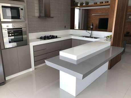 9. A cozinha cinza e branco pode dar muita a vida do ambiente. Foto: Marmoraria Resende
